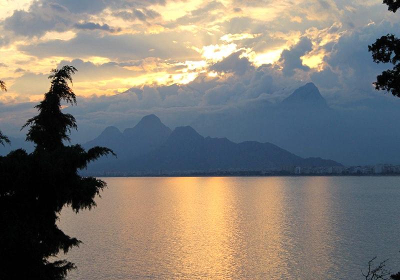 أنطاليا مع جبال طوروس المثيرة للإعجاب