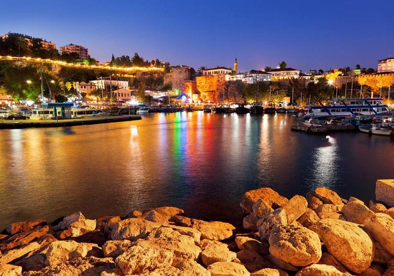وسط المدينة القديمة في أنطاليا والميناء