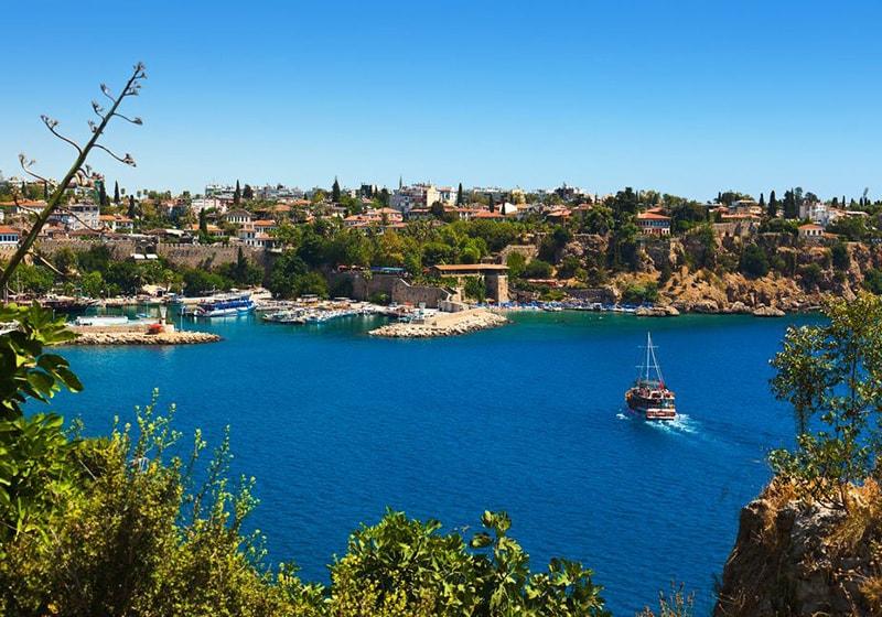 قارب يقترب من ميناء أنطاليا القديمة