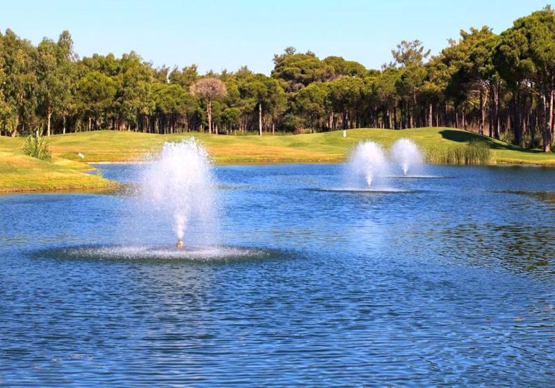 بيليك ملعب للجولف وبحيرة