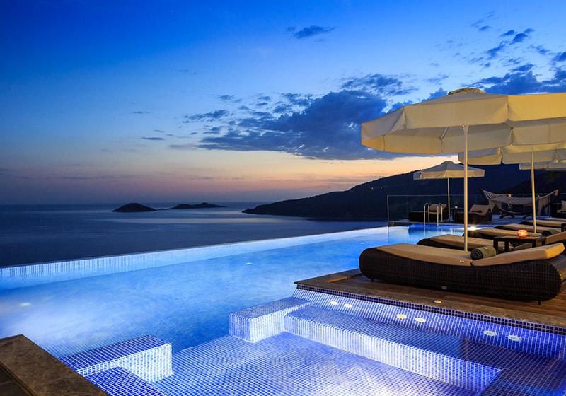 وقت الاسترخاء على حمام السباحة مع أفضل عرض كالكان