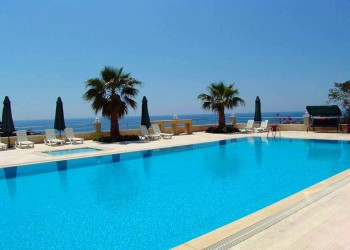 High quality apartments in complex of town houses near the Cleoparta beach