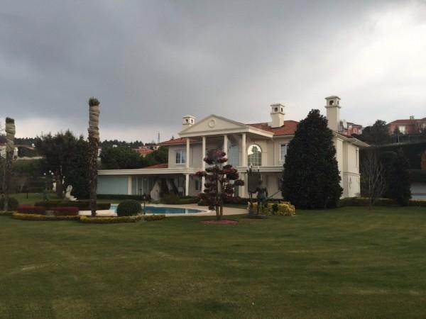 قصر فاخر مذهل مع حديقة كبيرة في اسطنبول